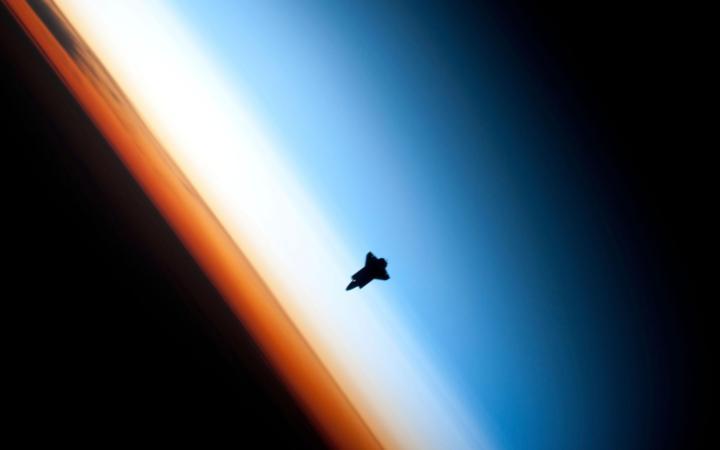 Шаттл пролетает над землей