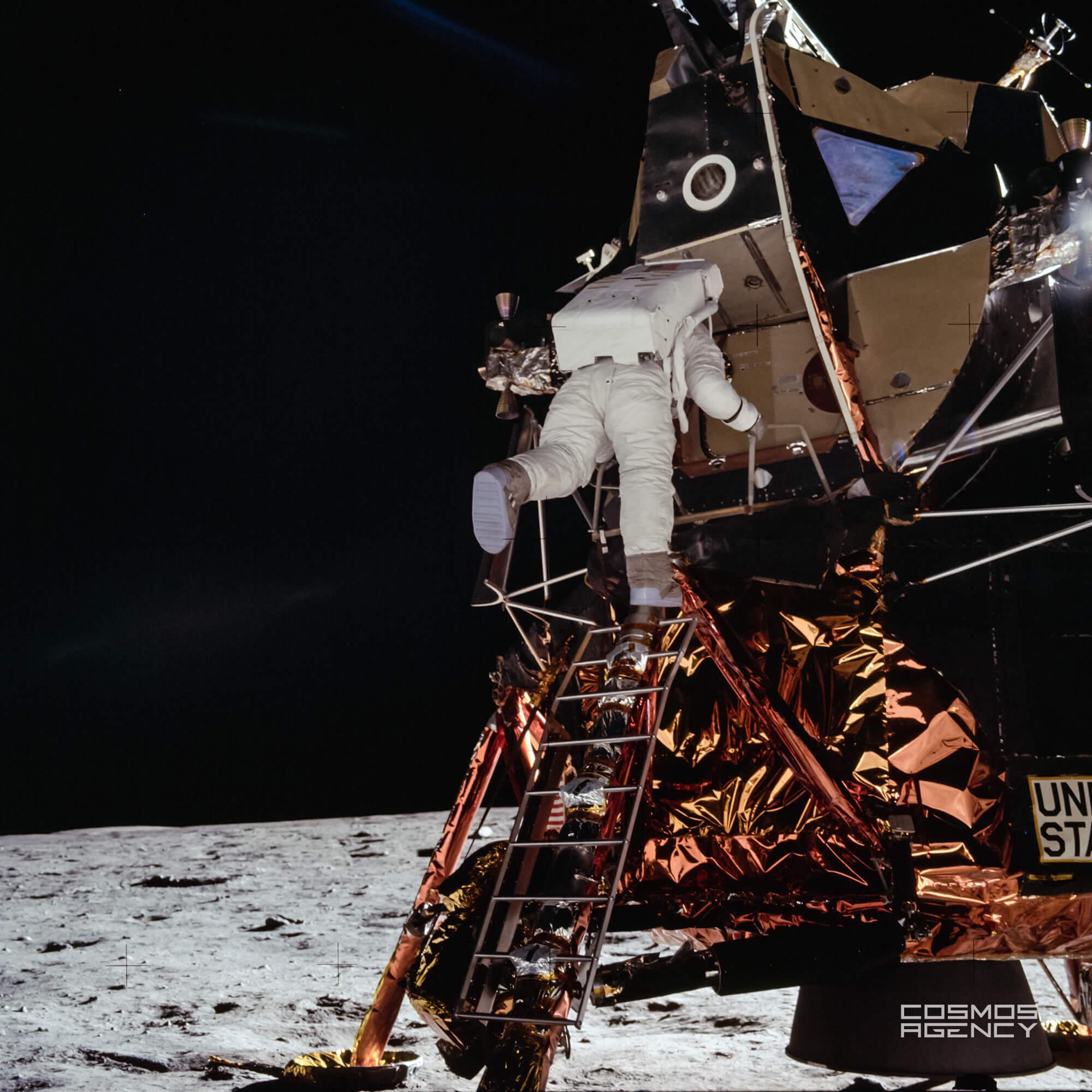 Астронавт NASA Базз Олдрин спускается по лестнице Лунного моделя готовясь ступить на лунный грунт, Аполлон 11, 1969