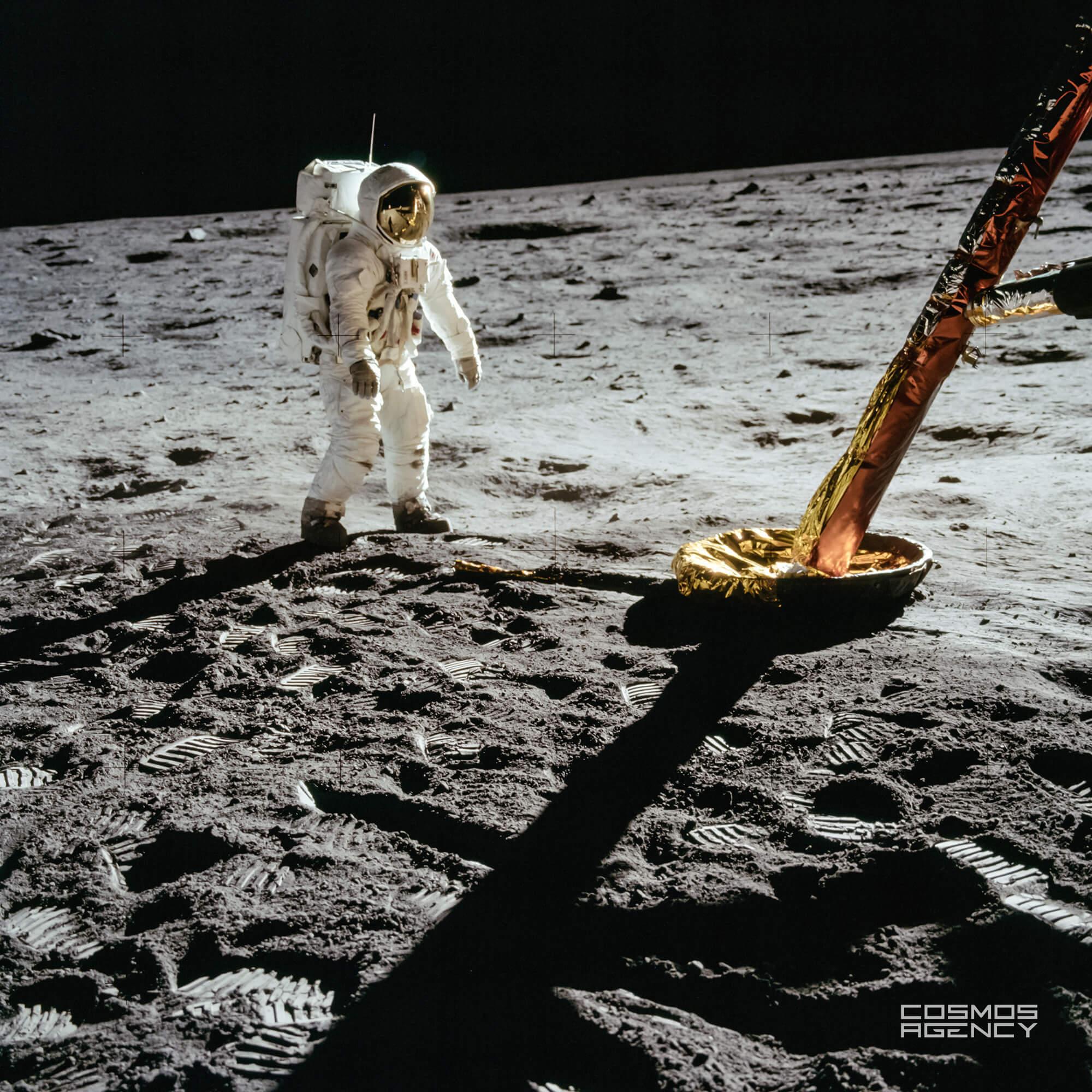 Астронавт NASA Базз Олдрин стоит около стойки и зонда Лунного модуля, Аполлон 11, 1969