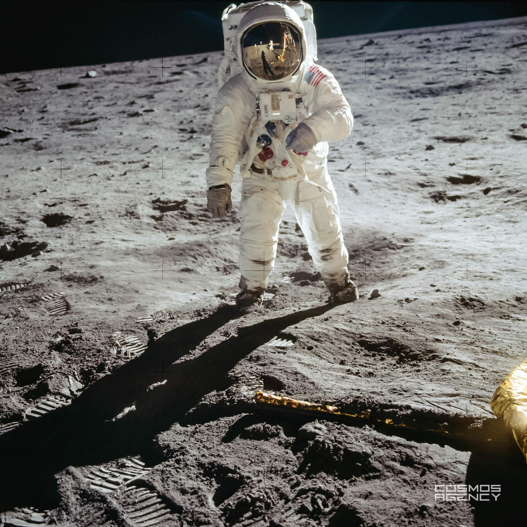 Знаменитый снимок астронавта NASA Базза Олдрина позирующего перед камерой, которую держит другой астронавт NASA Нил Армстронг (отражается в визоре), Аполлон 11
