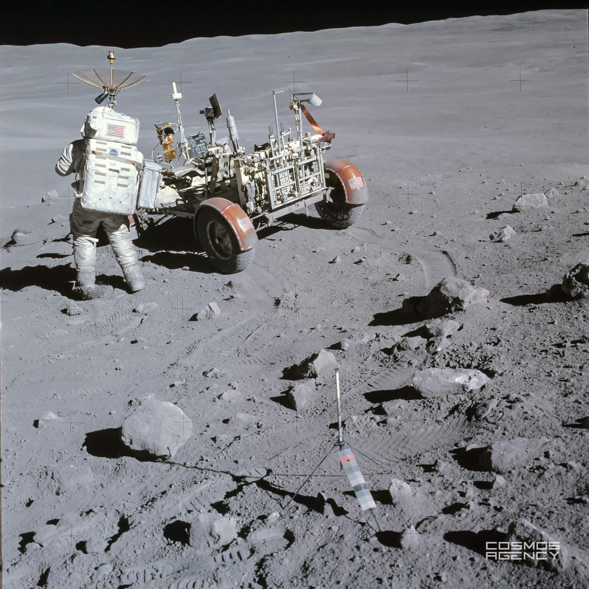 Астронавт NASA Чарльз Дюк на Станции 4 около Каменный Горы, Аполлон 16