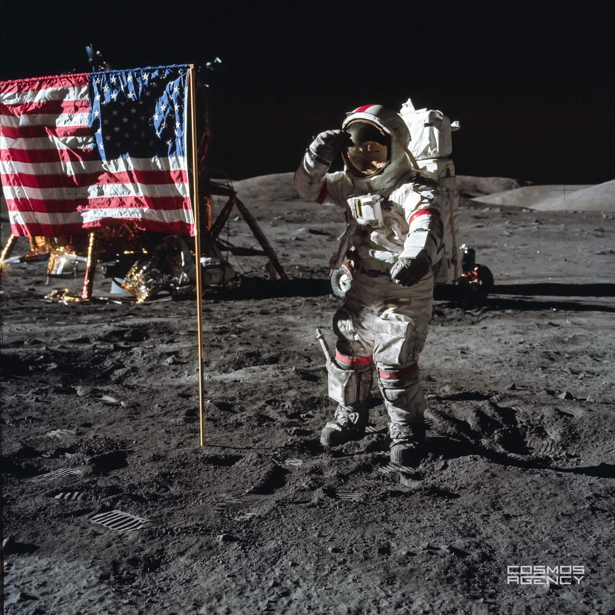 Астронавт NASA Юджин Сернан приветствует американский флаг, Аполлон 17, 1972