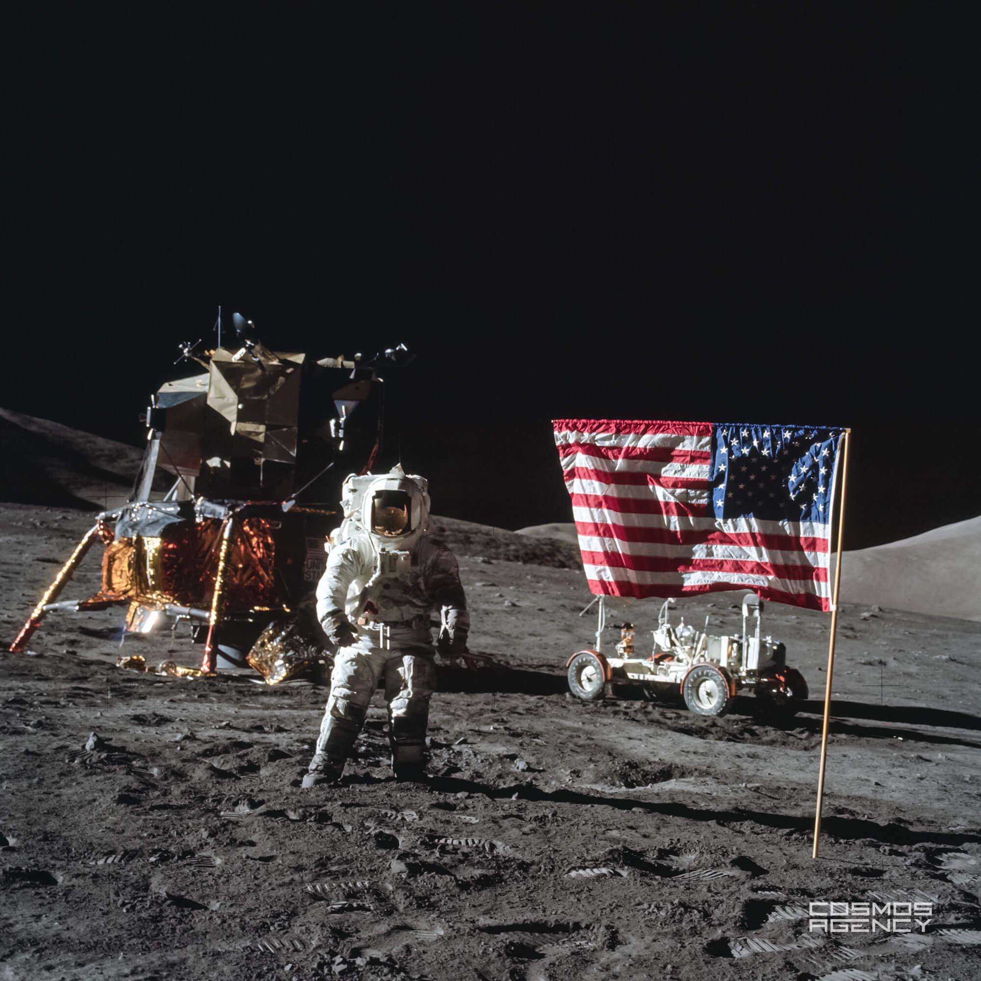 "Астронавт NASA Харрисон ""Джек"" Шмитт позирует около американского флага, Аполлон 17"