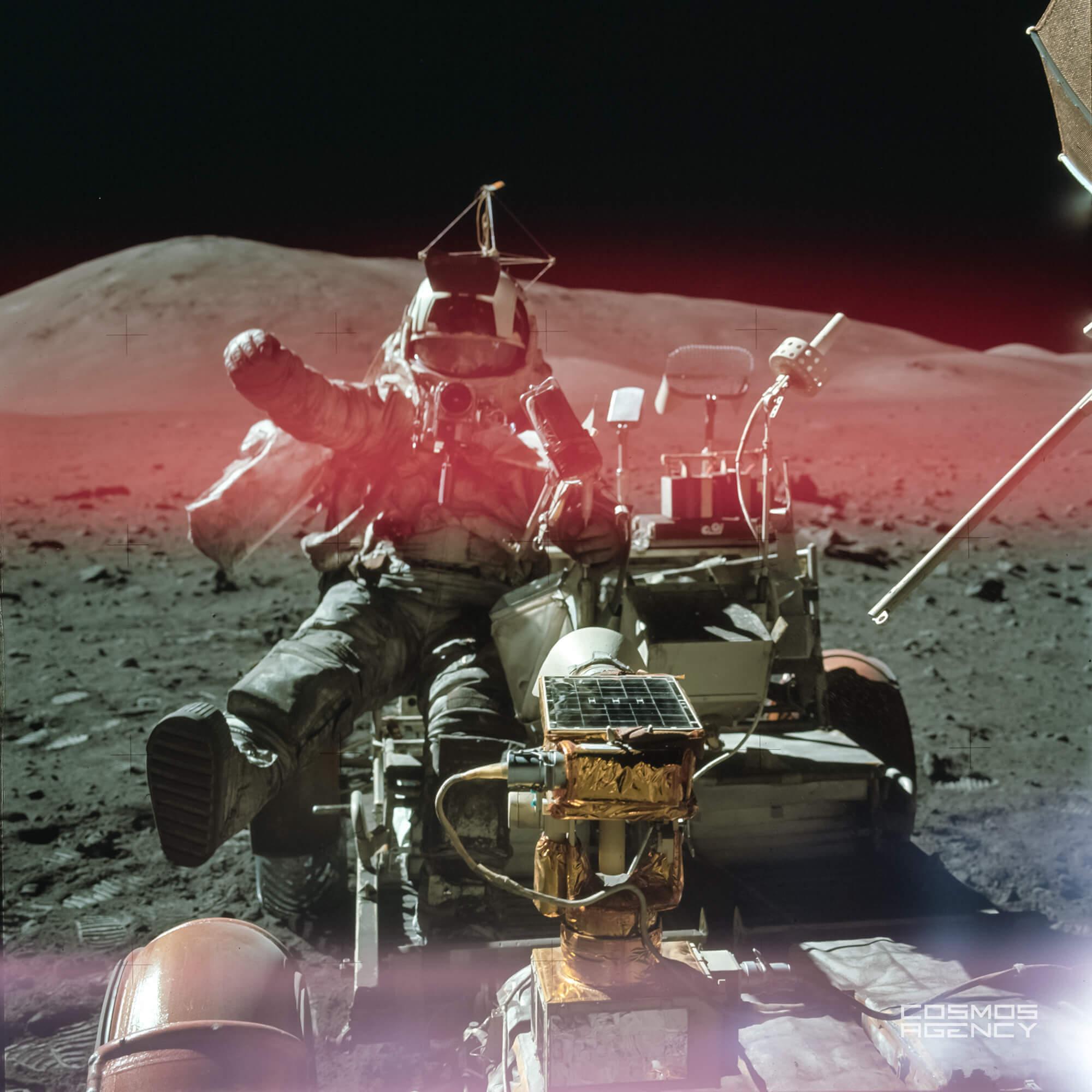 "Астронавт NASA Харрисон ""Джек"" Шмитт залез в Лунный ровер около Лунного модуля на Cтанции 9, Аполлон 17, 1972"
