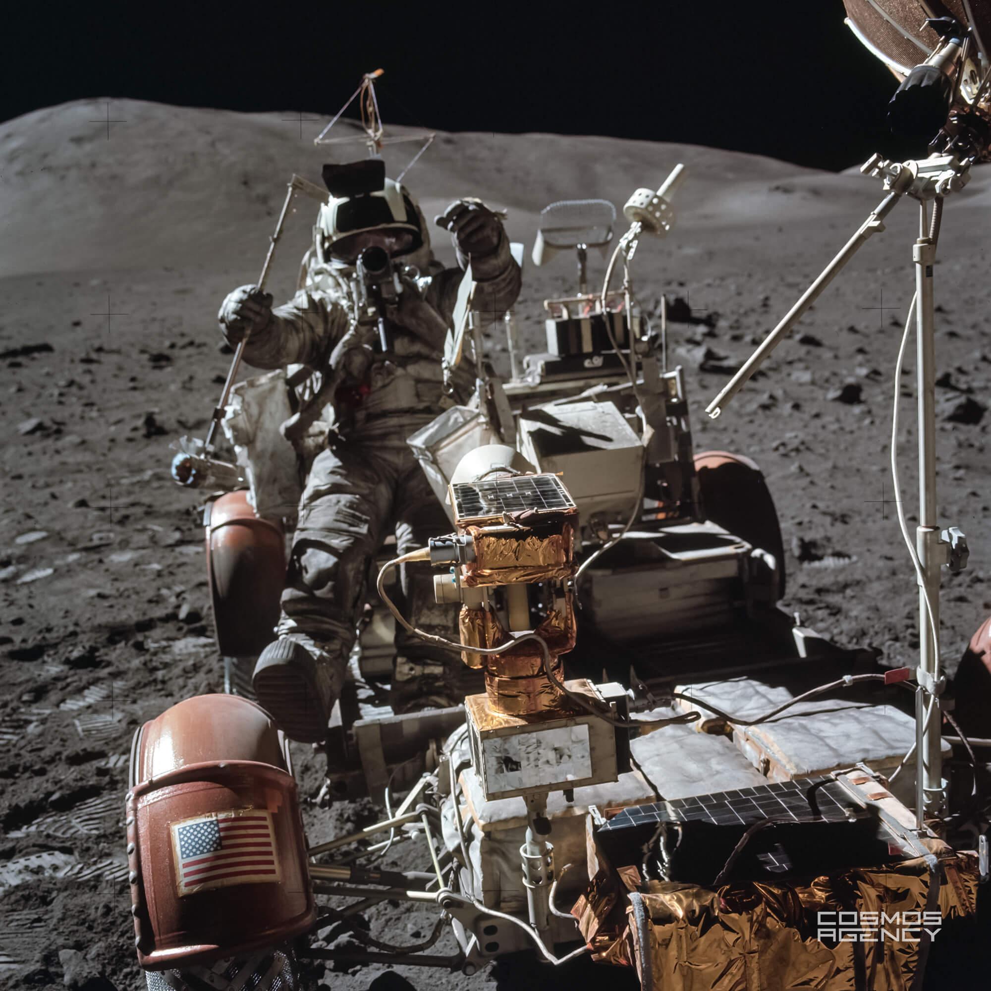 "Астронавт NASA Харрисон ""Джек"" Шмитт залез в Лунный ровер около Лунного модуля на Cтанции 9, Аполлон 17"