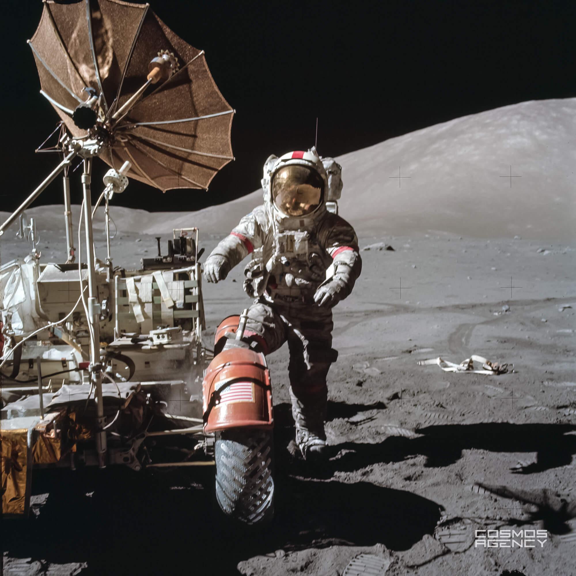 Астронавт NASA Юджин Сернан около Лунного ровера, Аполлон 17, 1972