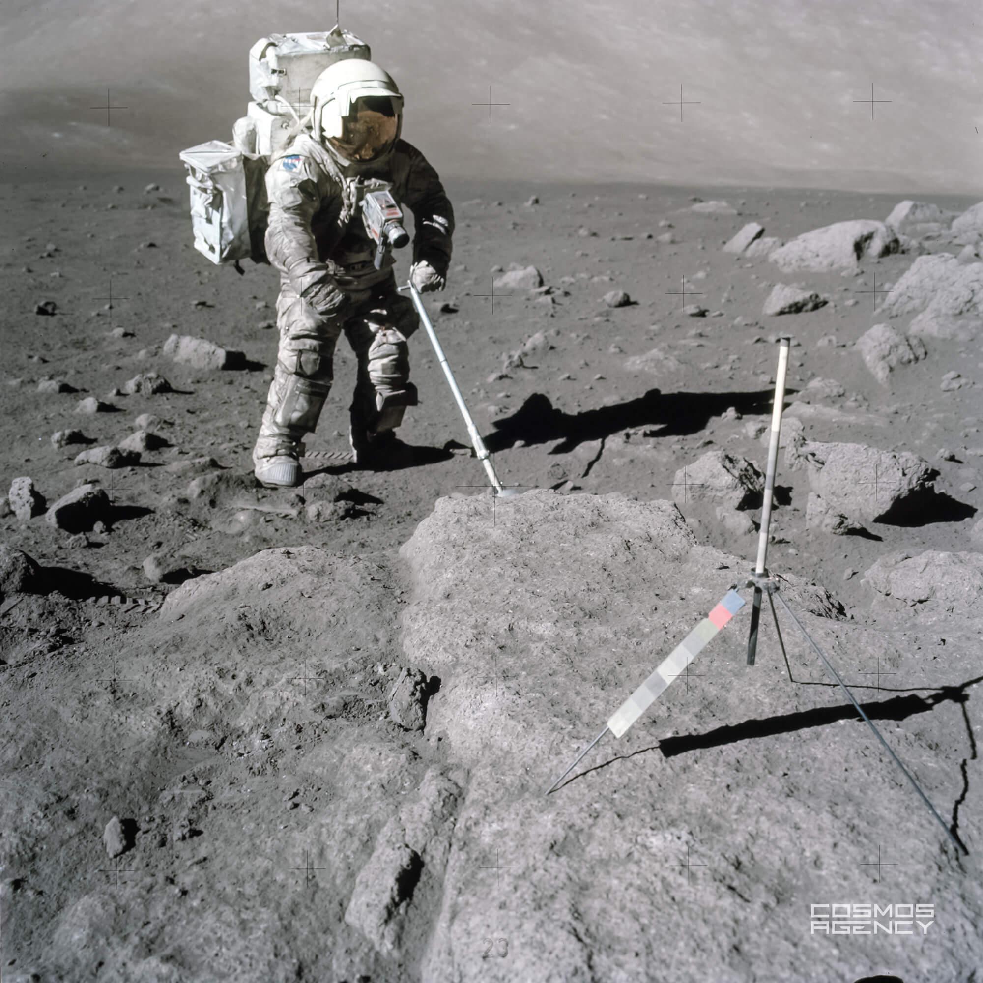 "Астронавт NASA Харрисон ""Джек"" Шмитт собирает куски лунного грунта на южной стороне каменного кратера около Станции 5, Аполлон 17, 1972"