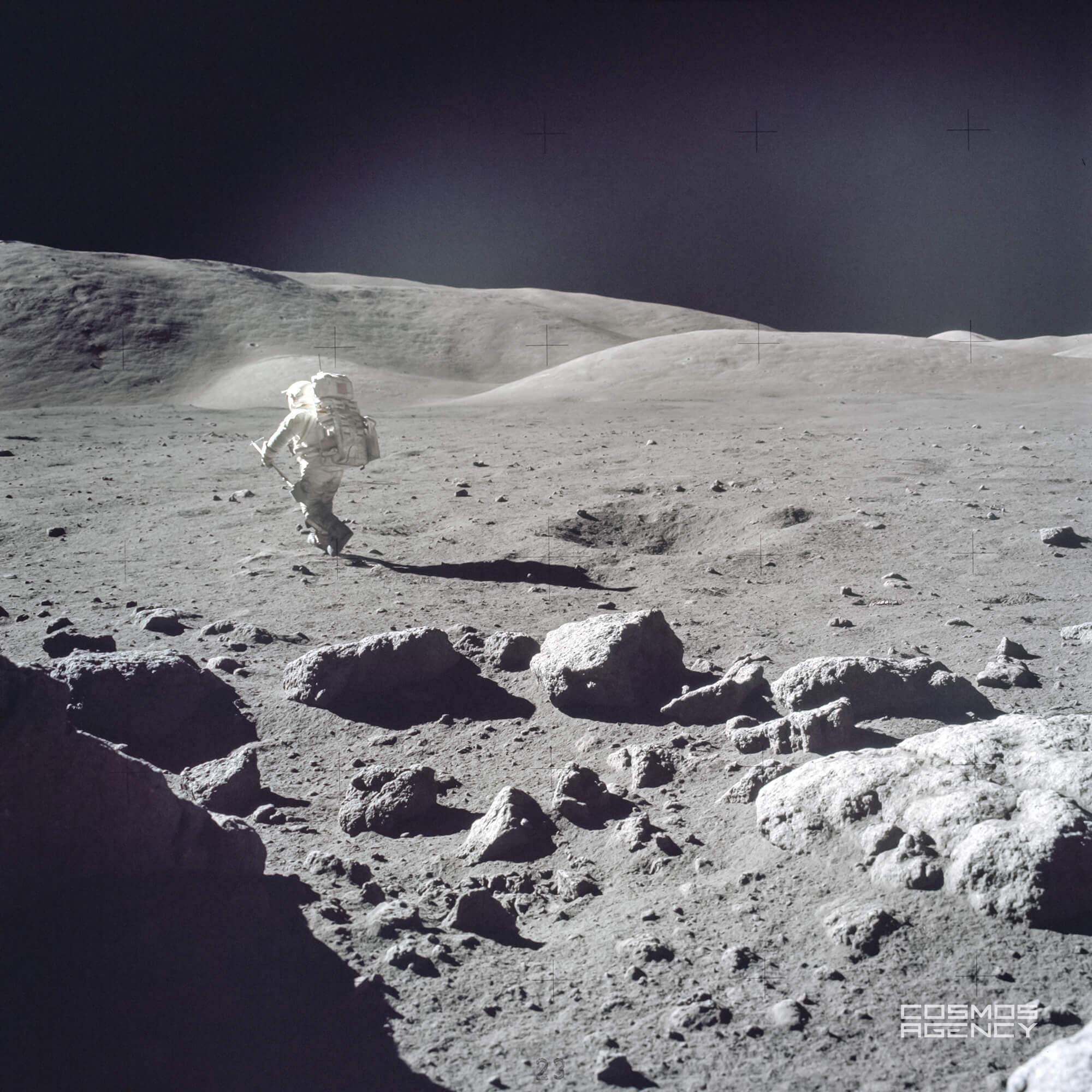 """Станция 5 — Астронавт NASA Харрисон """"Джек"""" Шмитт возвращается обратно к лунному роверу неся лопату в левой руке, Аполлон 17, 1972"""