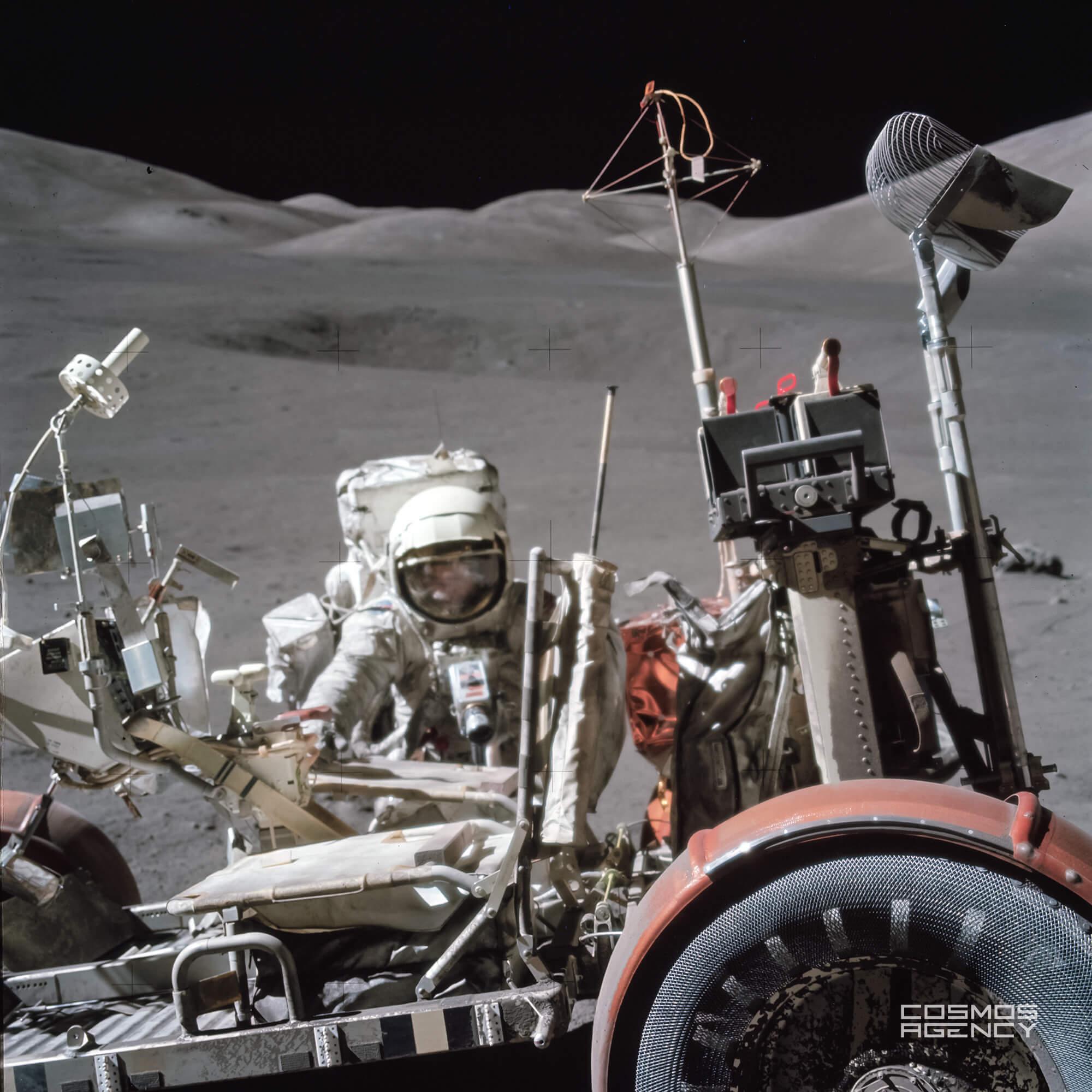 Лунный ровер и астронавт NASA Юджин Сернан с приподнятым визором, Аполлон 17, 1972