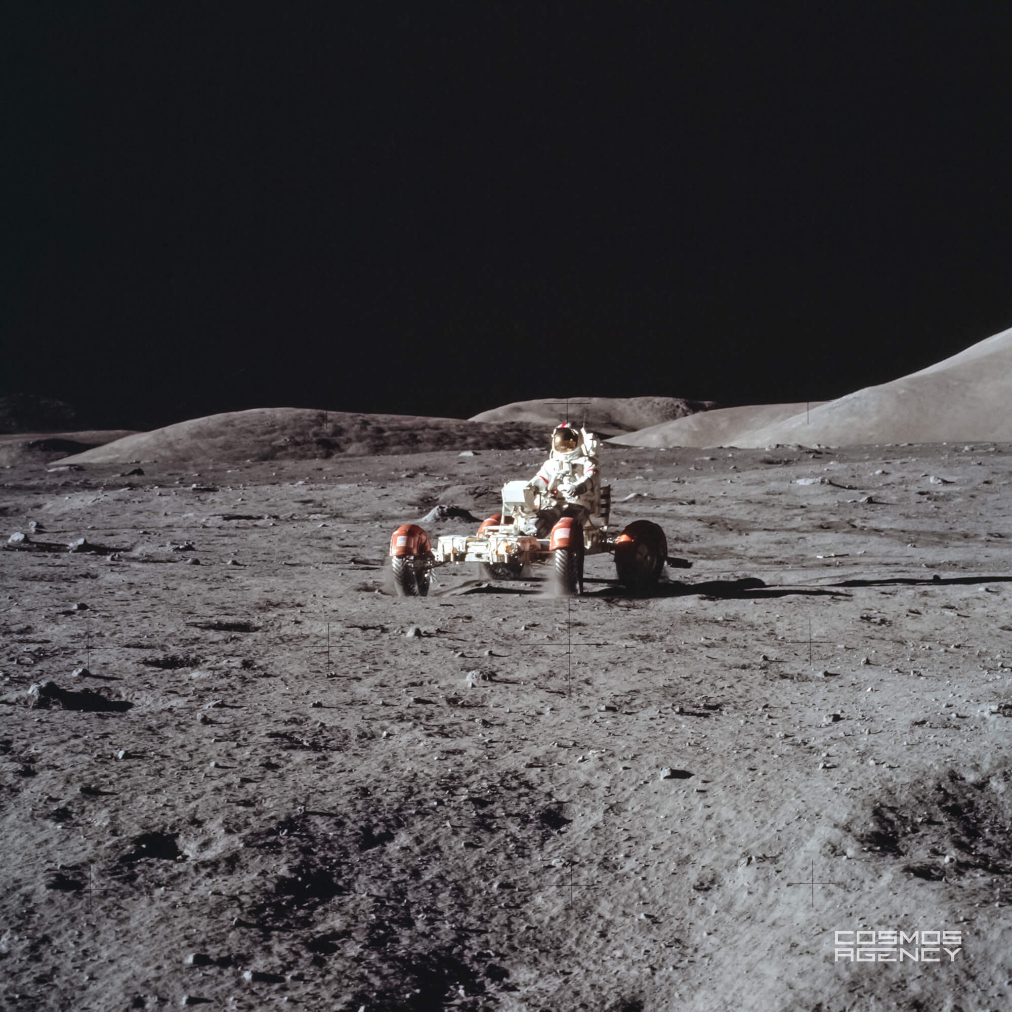 Астронавт NASA Юджин Сернан разъезжает на Лунном ровере, Аполлон 17, 1972