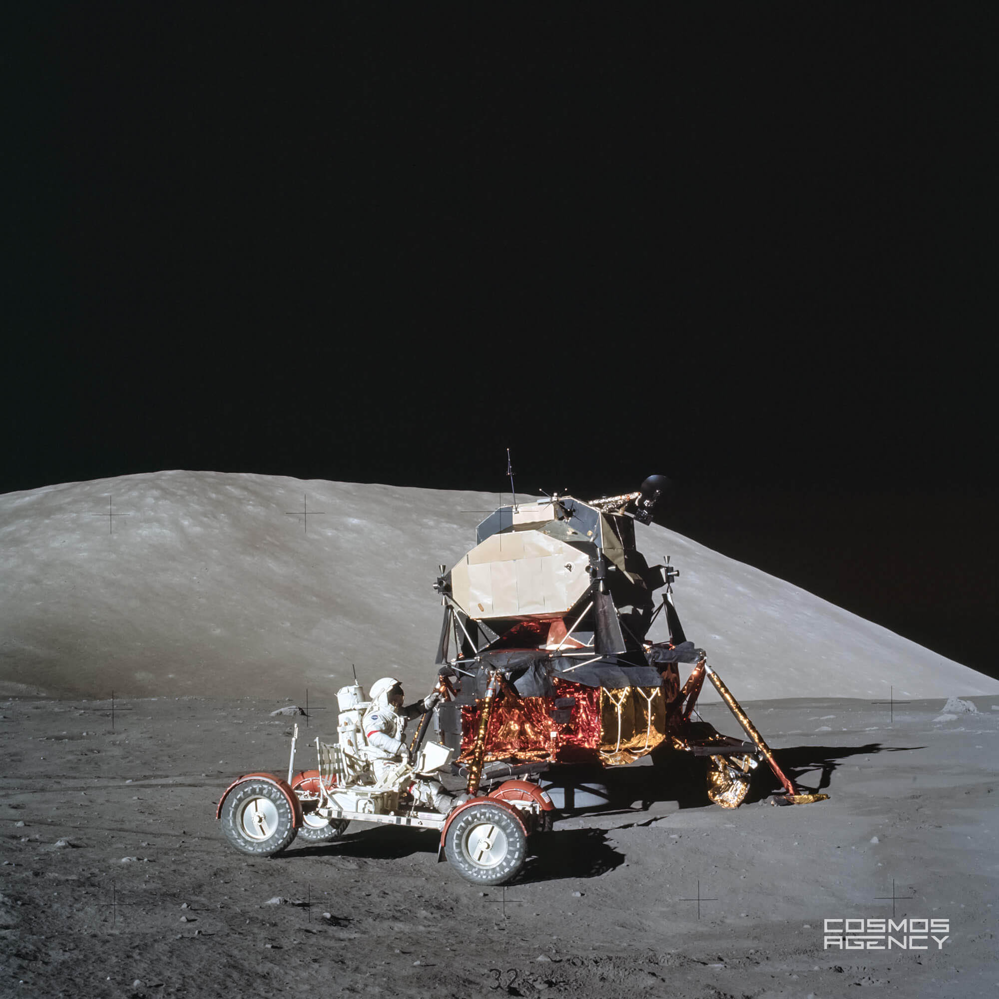 Астронавт NASA Юджин Сернан тестирует Лунный ровер около Лунного модуля, Аполлон 17, 1972