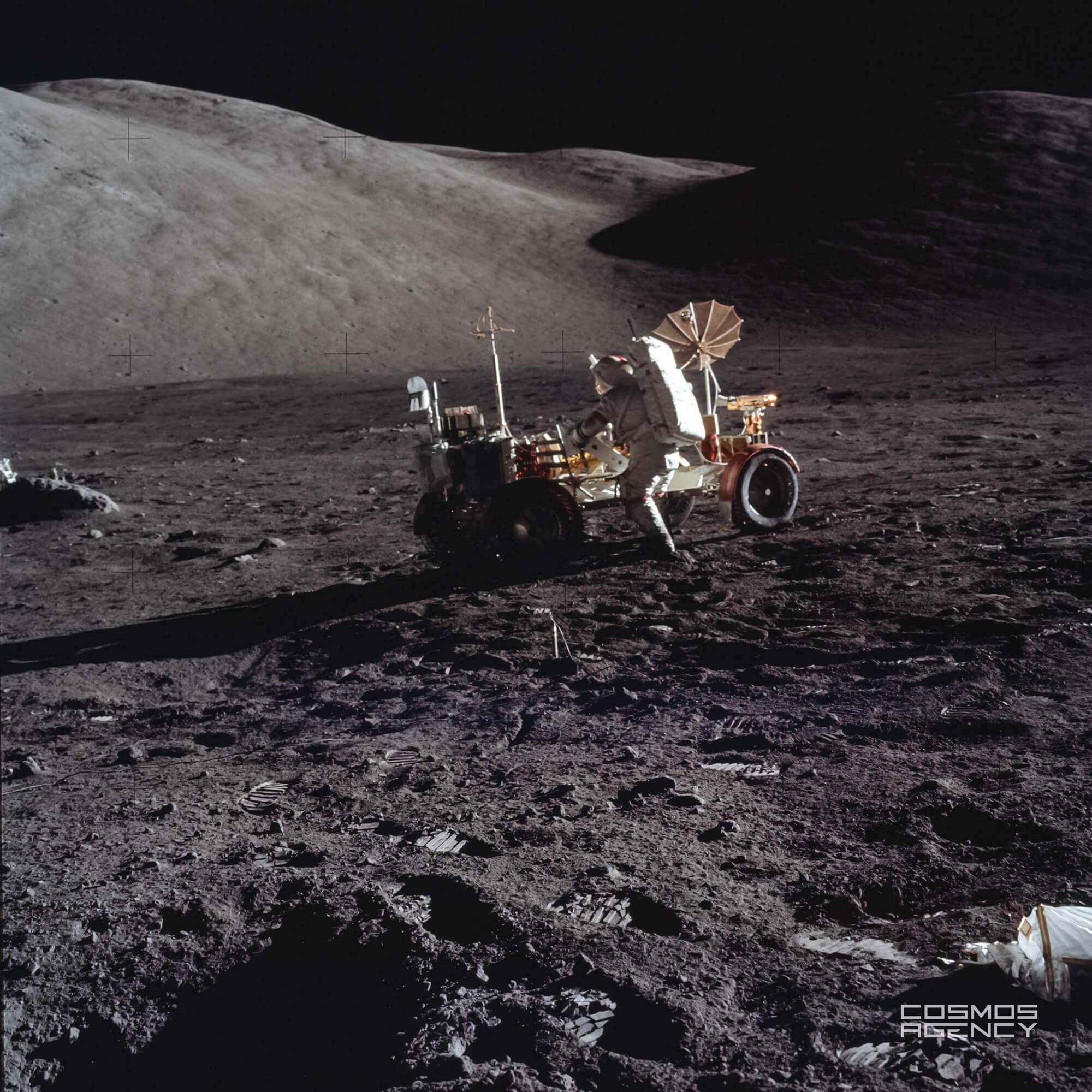 Астронавт NASA Юджин Сернан что-то ищет в ровере, Аполлон 17, 1972