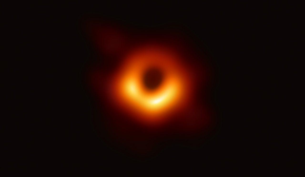 Фото сверхмассивной черной дыры — коллапсара в галактике Messier 87 (М87). Event Horizon Telescope (EHT).