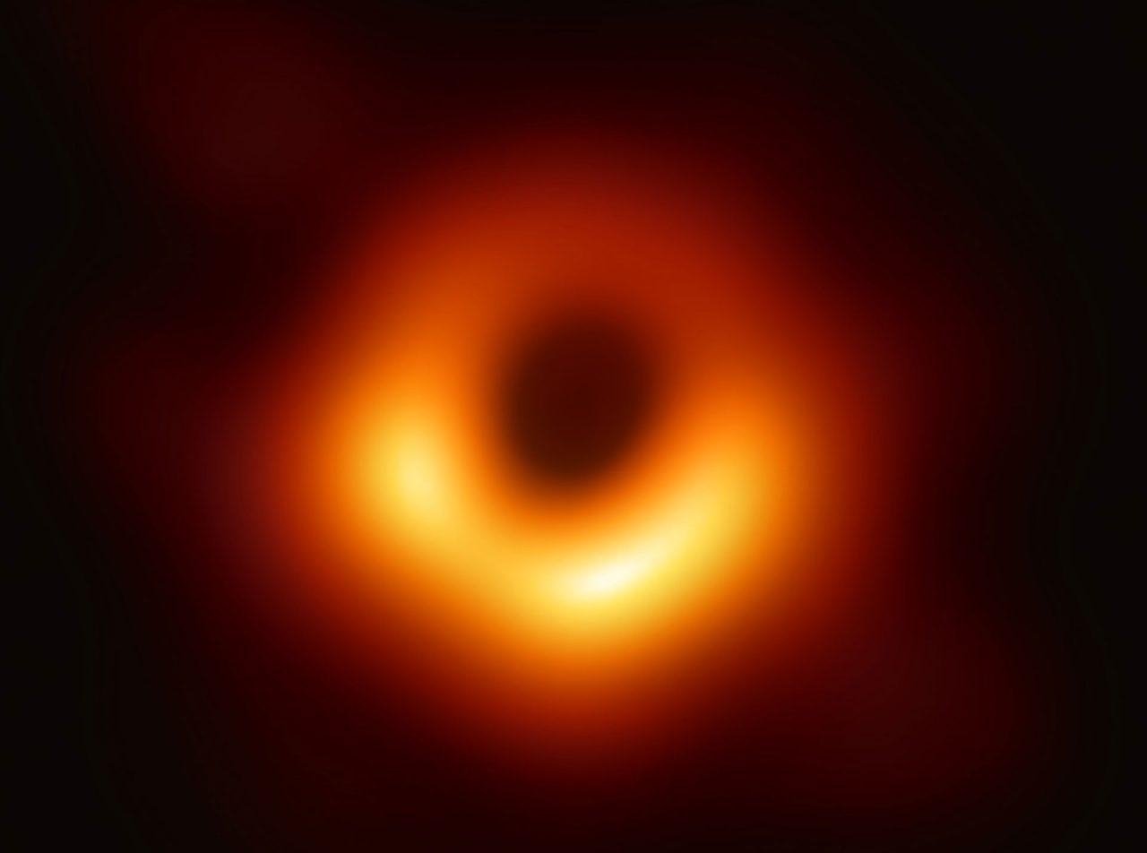 Фрагмент оригинального изображения: аккреционный диск сверхмассивной черной дыры М87