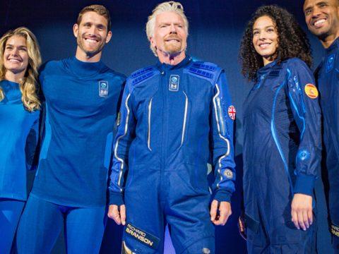 Ричард Брэнсон презентовал одежду для космического туризма под эгидой Virgin Galactic